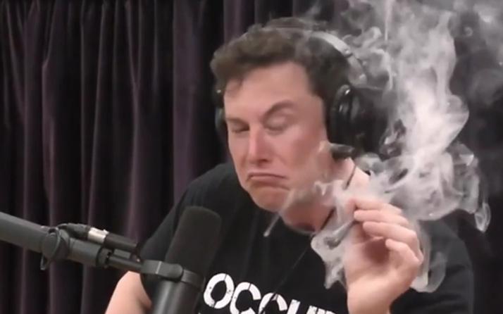 Elon Musk canlı yayında esrar ve viski içti o video internete düştü