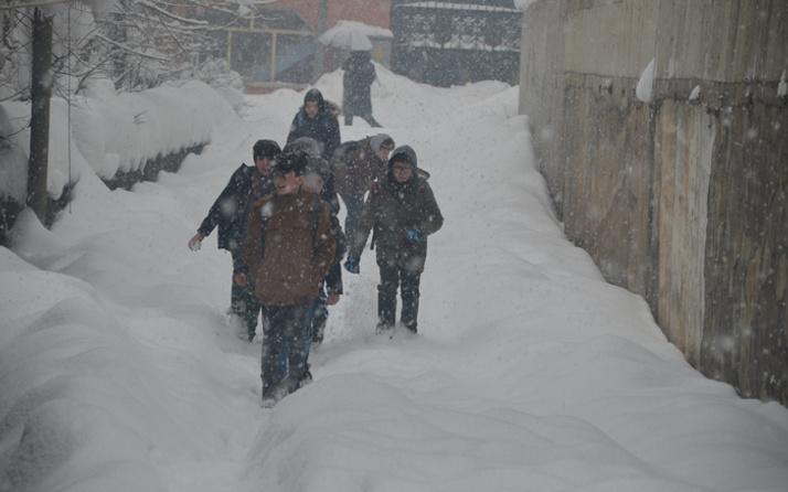 Karaman'da kar yağışı hayatı durdurdu yarın okulların tatil edildiği açıklandı