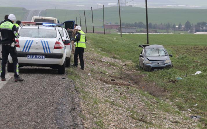 Diyarbakır'da lastiği lastiği patlayan otomobil takla attı! Yaralılar var