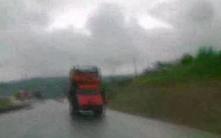 Bir kamyon 4 kamyonet (video)