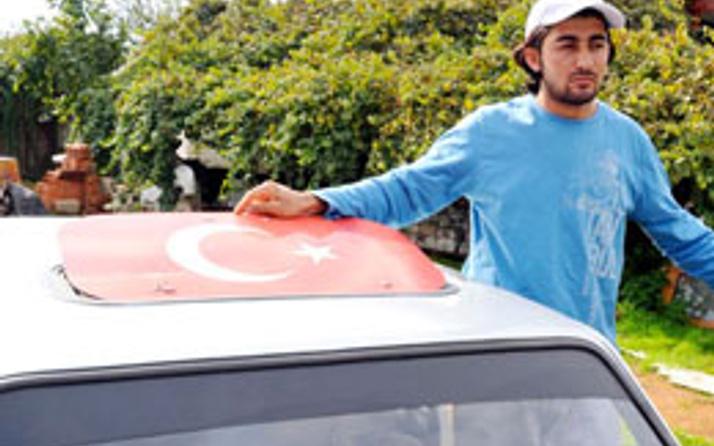 İki kardeşe Türk bayrağını çıkartın dayağı