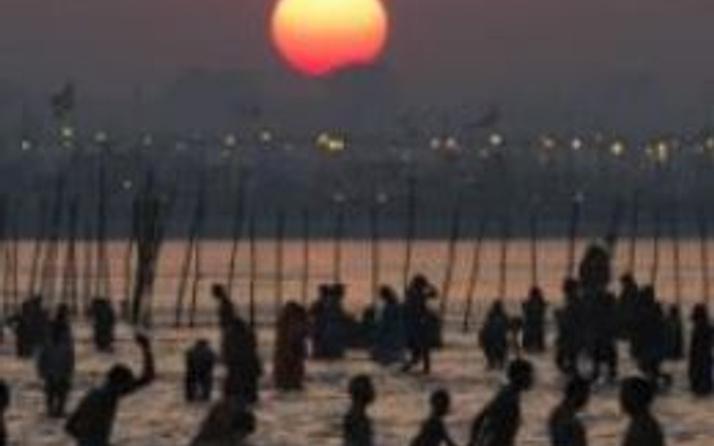 Milyonlarca Hindu Ganj ve Yamuna nehirlerinde yıkanıyor