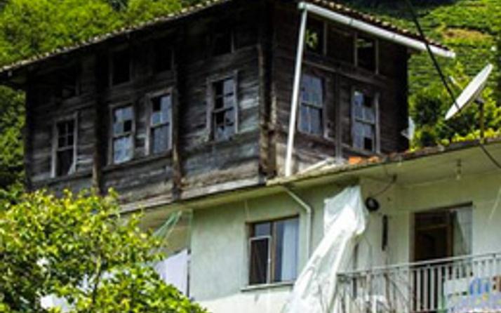 Eski evi söküp çatıya koydu