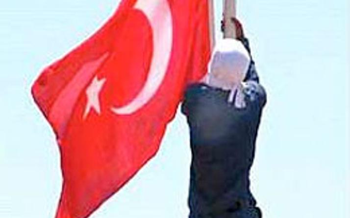 Türk bayrağını indiren provakatör yakalandı!