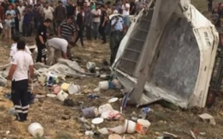 İşçileri taşıyan minibüs devrildi: Çok sayıda ölü!