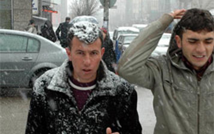 Erzuruma kar yağdı