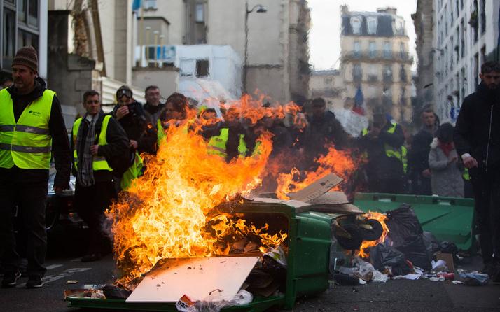 Fransa'da bin 796 sarı yelekliye hapis