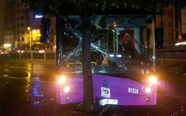Fatih'te özel halk otobüsü bariyerlere çarptı