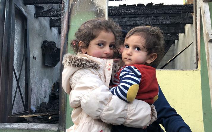 Kars'ta 4 yaşındaki Ceren 7 aylık kardeşini alevlerin arasından kurtardı!