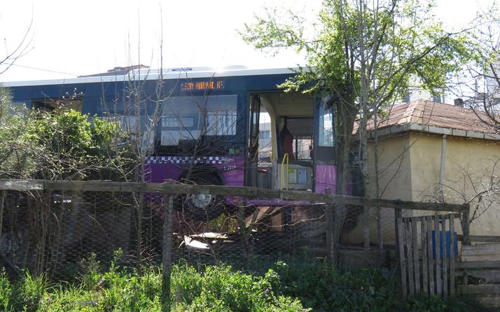 Sultanbeyli'de halk otobüsü gecekonduya çarptı