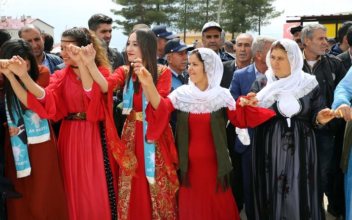 AK Partililer Şırnak'taki zaferi halaylarla kutluyor