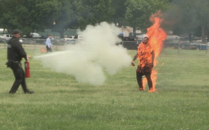 Beyaz Saray'ın önünde kendini ateşe veren kişi öldü