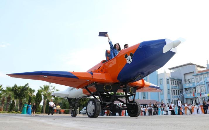 Liseli öğrenciler mezuniyet törenine kendi yaptıkları uçakla gittiler
