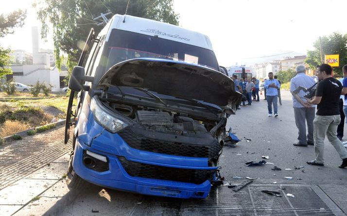 Minibüs önce otomobile sonra direğe çarptı! Yaralılar var