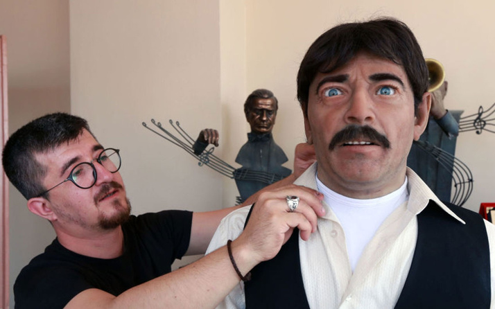 İşte kemençe çalarak türkü söyleyen android heykel