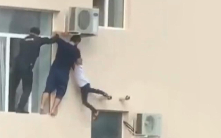 Evin camından sarkan çocuk tam düşmek üzereyken