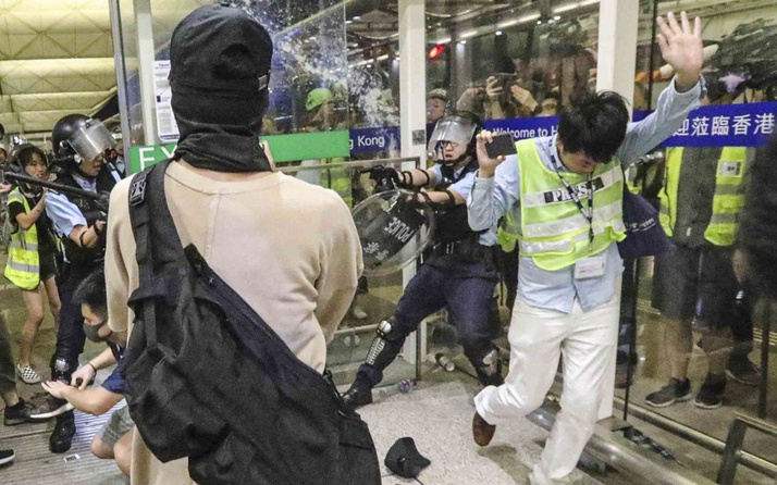 Hong Kong Havalimanı karıştı! Polis müdahale etti