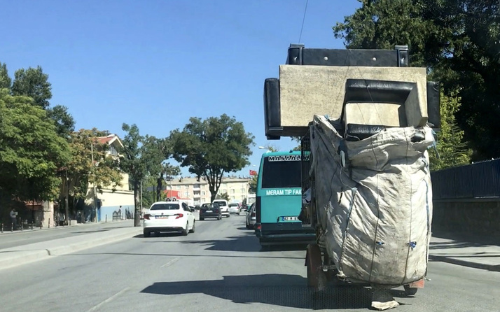 """Konya'daki kağıt toplayıcısının """"koltuk takımı"""" ile tehlikeli yolculuğu!"""