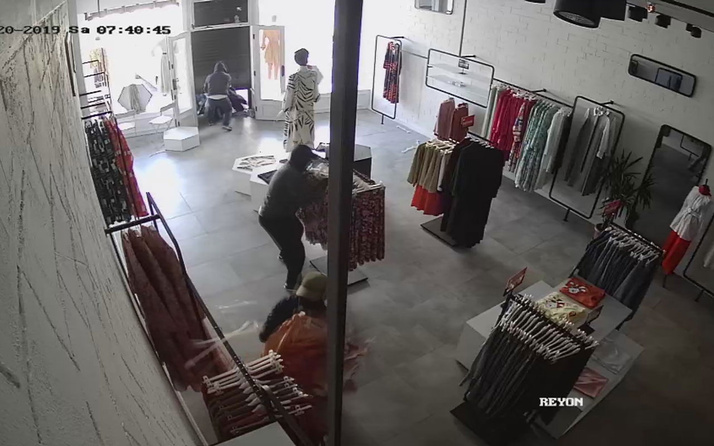 İstanbul'da hırsızlar giyim mağazasını yağmaladılar
