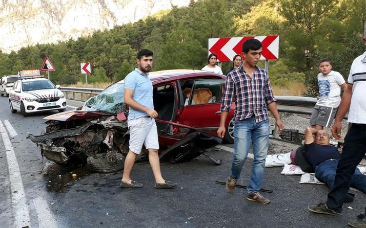 Otomobiller kafa kafaya çarpıştı: 1 ölü 5 yaralı