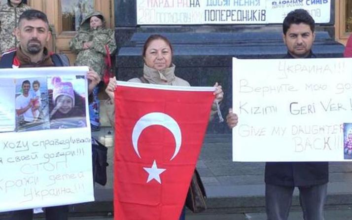 O ülkede Türk ailelerden Başkanlık binası önünde protesto