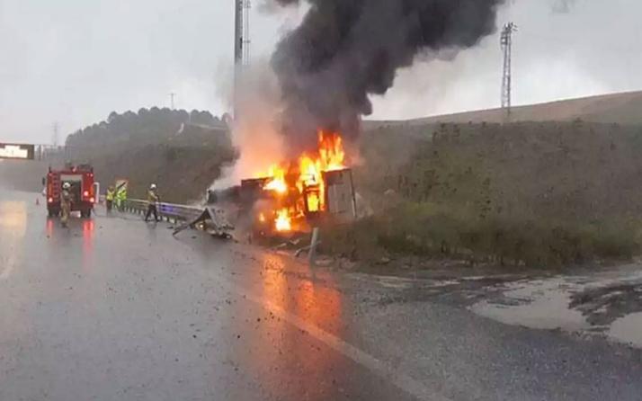 Dehşet veren kaza: Bariyerlere çarpan araç alev topuna döndü