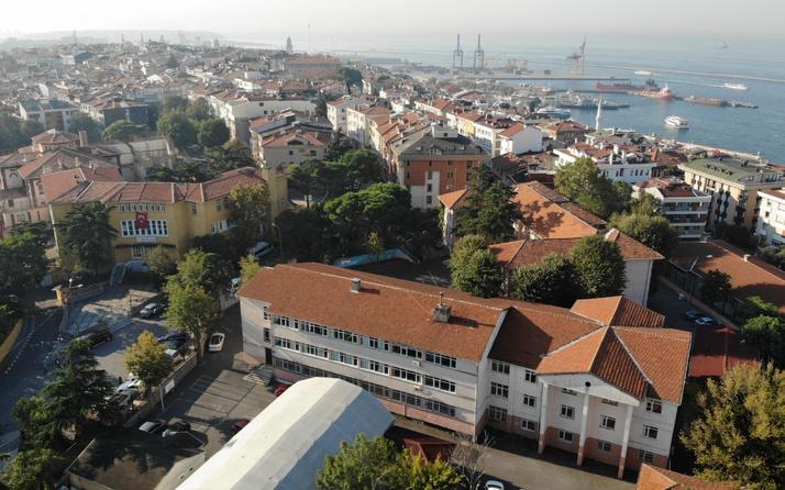 İstanbul'da aynı bahçede! 40 yıllık bina hasarlı 172 yıllık bina dimdik ayakta