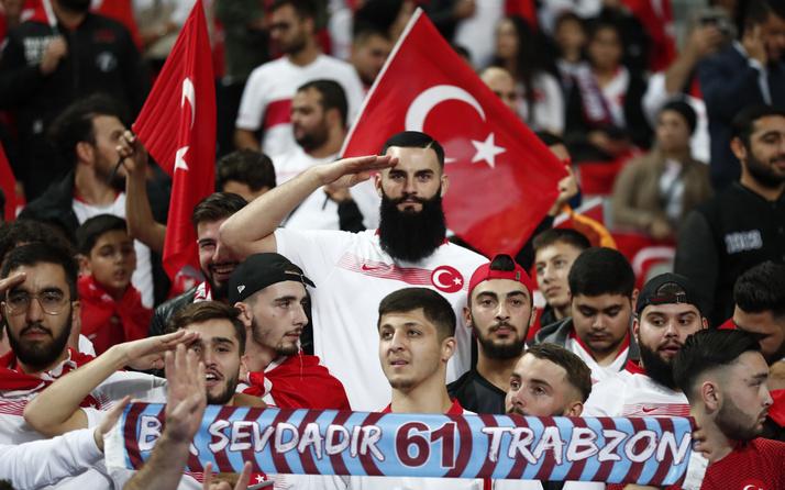 Türk taraftarlardan Stade de France'tan Mehmetçik'e selam
