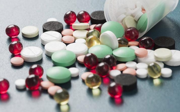 Sağlık Bakanı Fahrettin Koca'dan ünlü isimlere sakıncalı ilaç uyarısı