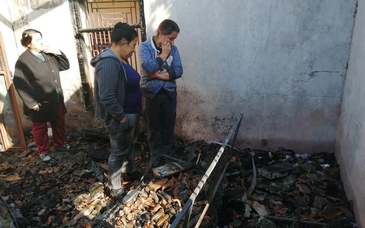 Yanan evinin enkazında sağlam kalan eşya aradı
