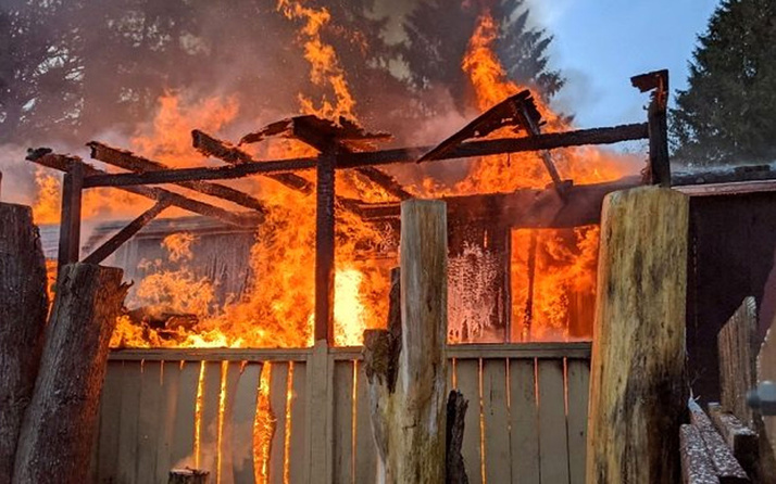Üç yaşındaki çocuğunun ellerini bağlayıp evi yaktı