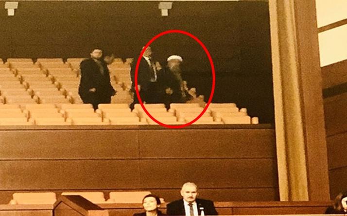 Türkkan Meclis'ten fotoğraf paylaşıp sordu: Bu sarıklı cübbeli arkadaş kimdir acaba