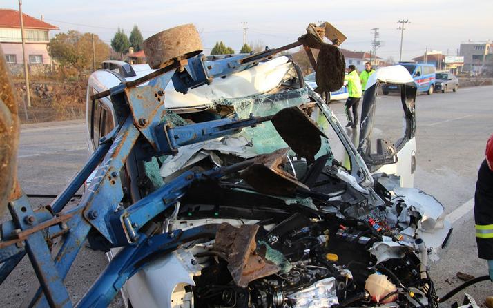 Kazada otomobil hurdaya döndü! İbre 150'de takılı kaldı