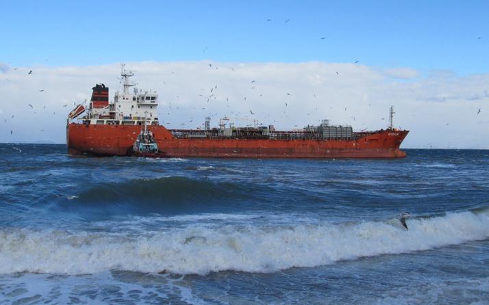 Yalova'da boş petrol tankeri karaya oturdu