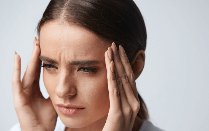 Sürekli başınız ağrıyorsa sinüzit olabilirsiniz! Ağrıdaki bu belirtilere dikkat edin