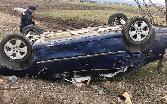 Afyonkarahisar'da otomobil tarlaya uçtu taklalar attı 1 ölü 4 yaralı