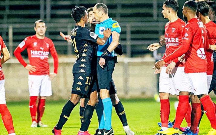 Hakemi iten futbolcuya 6 ay men cezası