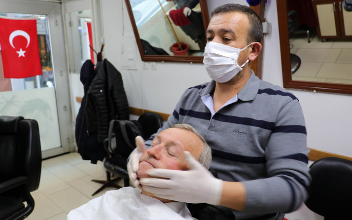 Edirne'de berberlerden maskeli ve eldivenli hizmet