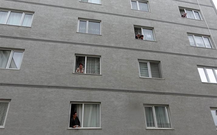 Mudanya'da evden çıkamayan komşular camdan cama gün yaptı