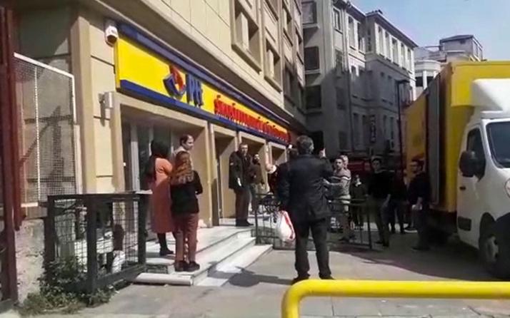 Postanenin ilaçlanmak için kapatılmasına kızan müşteri görevlilere tükürdü