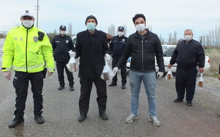 Burhaniye'de arıcılardan uygulama yapan polislere ballı destek