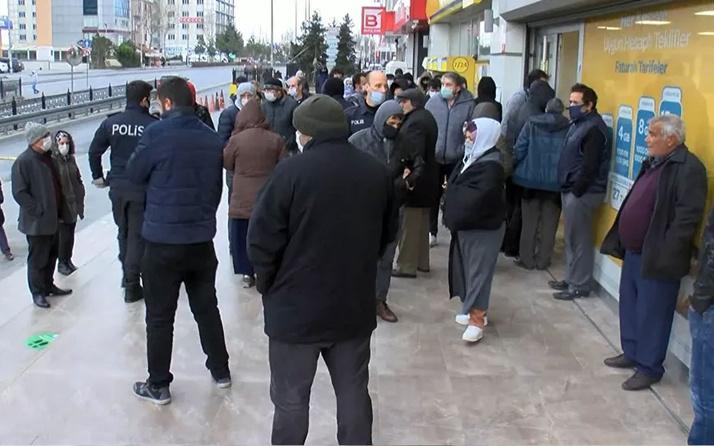Olayın adresi Esenyurt! PTT önünde sosyal mesafesiz kalabalığa polis engeli