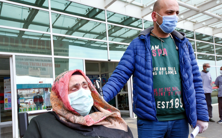 Antalya'da koronavirüsü yenen kadın: Çift geldim tek gidiyorum
