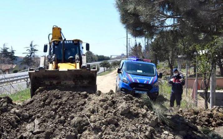Tekirdağ'dan İstanbul'a giden ara yollar toprak yığınları ile kapatılıyor