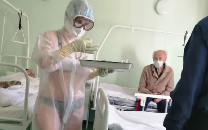 Rusya'da salgın hastanesinde bikiniyle hastaları tedavi eden hemşire olay oldu