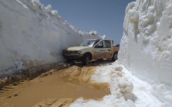 Antalya'da 4 metreyi aşan karla kaplı yolu açmak için ekipler çalışıyor