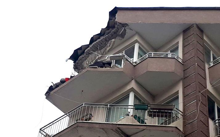 Güngören'de beş katlı binanın terasının bir kısmı çöktü