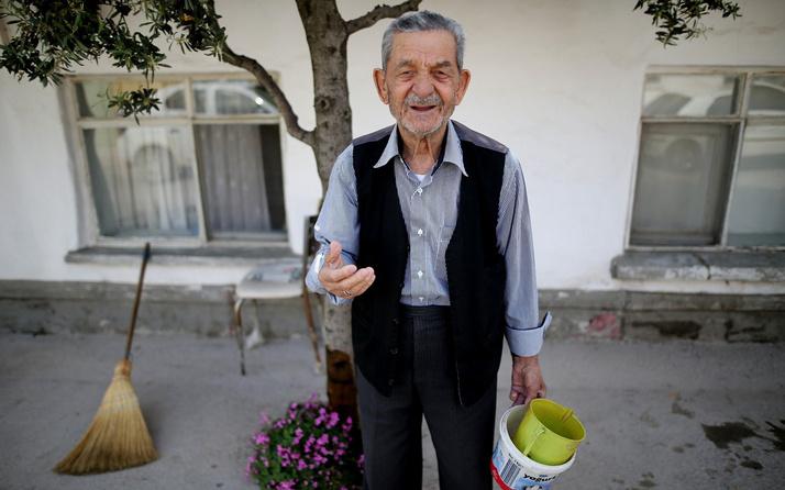 Bursa'da her gün sokağı süpürüp örnek oluyor