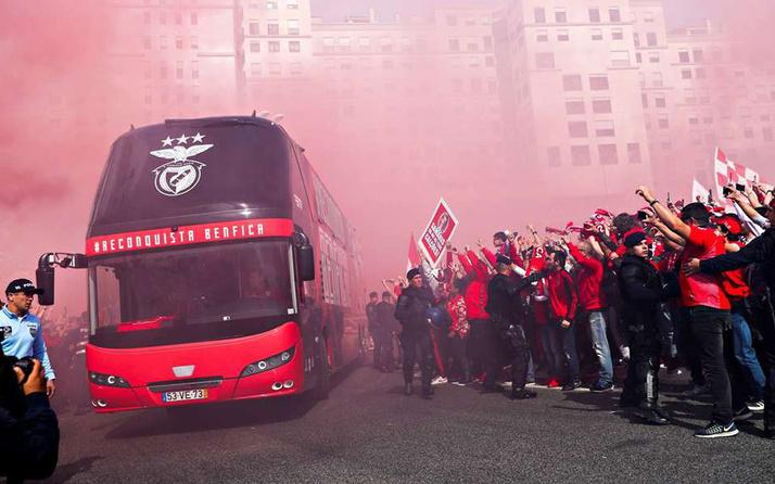 Benfica takım otobüsüne çirkin saldırı!