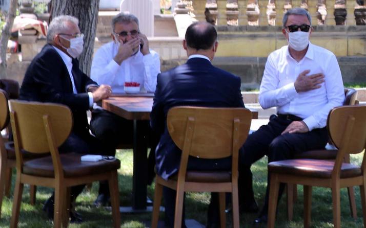 Milli Savunma Bakanı Hulusi Akar'dan anne baba kabrine ziyaret
